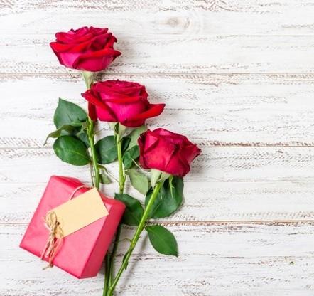 vista-dall-alto-belle-rose-rosse-su-un-tavolo_23-2148388019